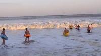 实拍海滩游玩被海浪卷走之救援!!!