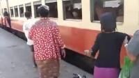 拿命拼 緬甸人是這樣上火車的