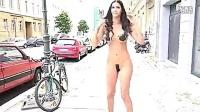 美女街头裸体冰桶挑战 勇气可嘉鼻血勿喷