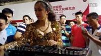 大波美女DJ车展现场打碟!