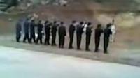 实拍越南枪决毒贩现场 眼蒙黑布排枪击毙