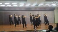 大家快看(乌鲁木齐)中亚南路街道办事广州街社区的舞蹈,她们说他们都是帅哥美女,舞姿迷人,说出了他们这个舞蹈能拿上新疆第一其他的都不行,哎,我都无语