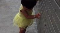 陈若琳。一岁零11天。在景辉哥哥学校。自己扶墙踮着脚学走路