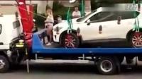 俄罗斯女子违规当街跳脱衣钢管舞向交警求饶