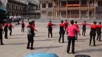 男子独自与美女们同台演绎藏舞惊呆观众—邻水首届广场舞联谊会