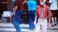 60岁老爷爷跳鬼步舞
