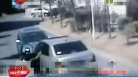 两少妇开车相遇 不让路直接撞人 西安午新闻 141126