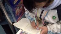 武汉轨道交通1号站学生妹边吃零食边写作业,比起我们成年人的时间还是紧,给学妹表示致敬