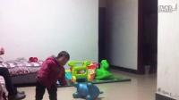 浩泽宝贝一岁半了今天看见电视里部队军人原地踏步他学会了