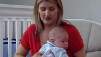 新生儿护理:帮婴儿打嗝的方法(中英文)[高清]