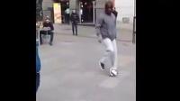 【发现最热视频】小男孩街头踢球遇到乔装打扮的C罗遛狗_标清