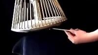 据说恐怖电影中大多数毛骨悚然的金属声音都是这种乐器发出来的~