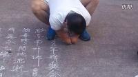太震撼了!断臂少年街头献艺,既然倒着能写出一手这么漂亮的字!!_标清