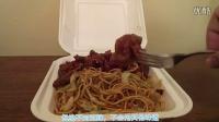 《老外吃全球美食》之老外试吃点评中国菜之炒面和酸甜鸡肉炒培根