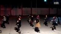 美女们练习广场舞