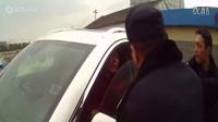【执法记录仪】男子野蛮抗法 驾驶豪车猛撞警车