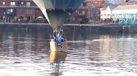 【发现最热视频】实拍!热气球在水平面上完美降落起飞