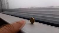 老外在京沪高铁上竖立硬币,惊呆了。