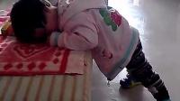 搞笑宝宝站着睡着