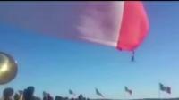 墨西哥升旗士兵被强风吹到半空 紧抓国旗逃过一劫