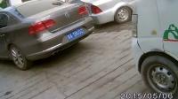 校门口停车妨碍后车通行还下车斥责拍摄者