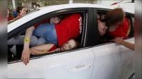 俄罗斯大学生同挤一辆车欲破吉尼斯纪录 150518