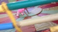视频: 姪子娱乐场玩的很开心,就是没法站稳