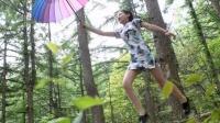 女大学生穿旗袍公园演绎