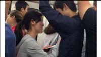 武汉女孩乞讨新招:不给钱就对男乘客摸胸搂腰 150525