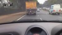 [K分享] 太拼了  !轮椅哥蹭大卡车