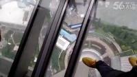 上海东方明珠俯视下方,恐高勿点