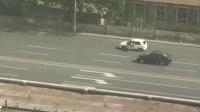 天津综合执法群围夏历司机,搬下货物拉走