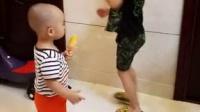 两宝贝超爱芒果冰棒
