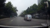 看这人过个马路能不能别快到车前了再小跑