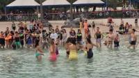 一群外国美女在水中热舞