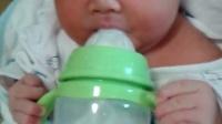 刚出生5天可爱小宝宝喝奶视频