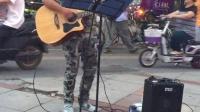 【中山东路】黄头发帅哥南京大行宫地铁口附近吉他弹唱,很投入