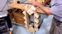造一个可以让弹簧玩具不断往下走的机器!