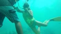 自由潜水美女向深潜者借气-海底探戈舞