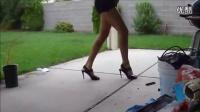美女穿着裙子,踩着高跟鞋 ,跳着鬼步舞!