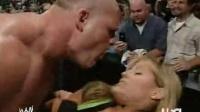 WWE RAW女主播被KANE虐