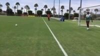 科比和妻子一起踢足球2_标清