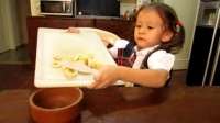 萌娃自制香蕉冰淇淋