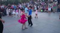 杨君吉特巴小学员星期八公园表演(李征凯,李征茹)