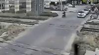 视频: 监控实拍:男子骑摩托车强闯关卡被火车撞死
