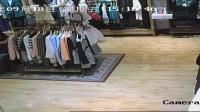两个女小偷在哈尔滨哈西服装城女装专卖店偷衣服视频全过程
