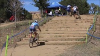 牛人是这样骑自行车上楼梯的!