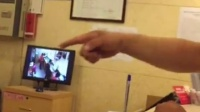 北京三元桥地铁站香河园如家酒店服务员打人事件,请问?这些外地游客还敢住这家酒店,是如此的猖狂,经理在一旁纵容酒店服务员这样对待客人,服务员跳出总台打了人!