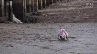 两位老年游客陷进了淤泥里动弹不得,这时一位英雄出现了!