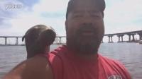 一只热情的海豹跳上船后跟人类交了个朋友